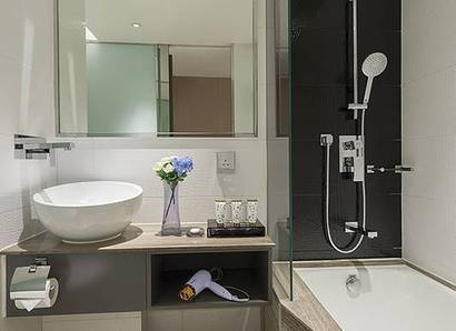 Deluxe Room Bathroom: A bright and simple concept of bathroom design with bathing amenities