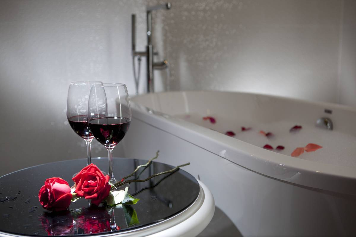 Bridal Suite Set-up: Bathtub in the bridal room – relax after the big event
