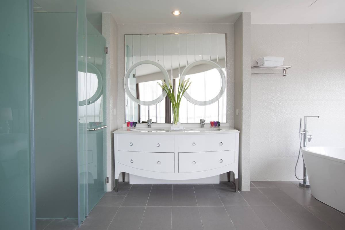 Silka Suite Bathroom: Twin-mirrors in the Silka Suite bathroom reflect our good taste