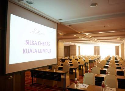 Meeting Mood Shot: Natural daylight in the Cheras Room for a bright meeting