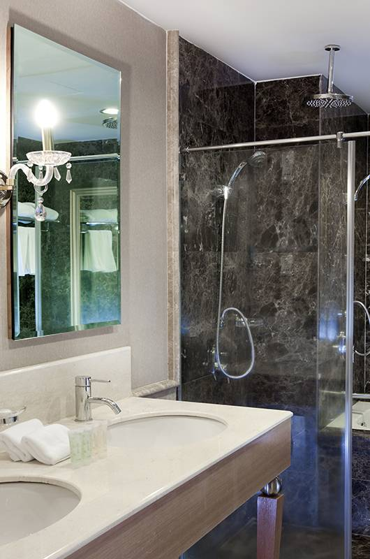 Silka Suite Bathroom: A well-appointed en-suite bathroom containing everything you would ever want